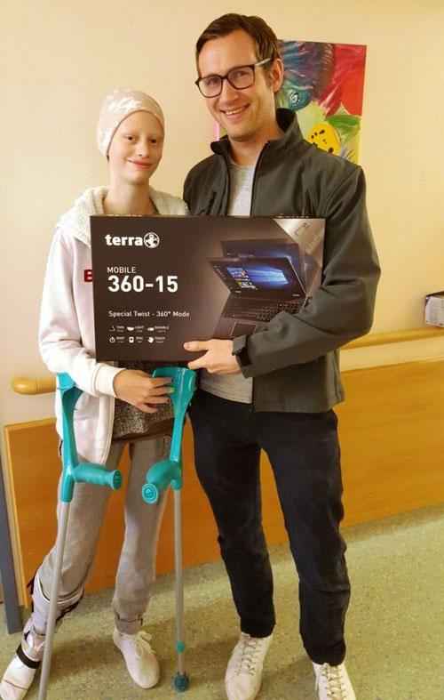 Natascha bekommt ihren neuen Laptop von DoppelPASSer Eike überreicht