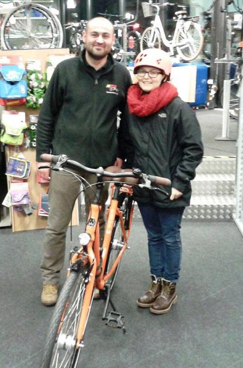 """Hannah mit ihrem neuen """"Drahtesel"""" und Dardan Krasniqi, Marktleiter unseres Partners MEGA Bike in Kiel"""