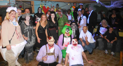 """Spendenfreudige """"Monster"""" auf der Geburtstags-Halloweenparty"""