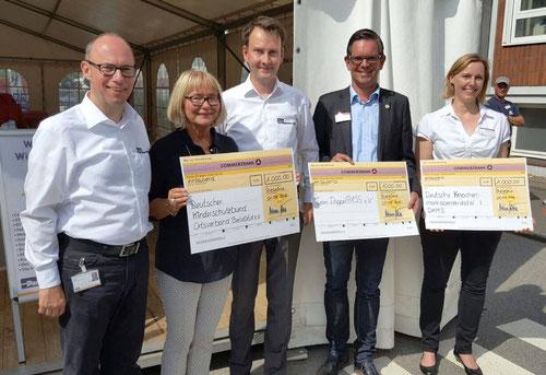 Ein glücklicher DoppelPASSer Timo bei der Spendenübergabe der Firma Parker Hannifin Manufactoring Germany