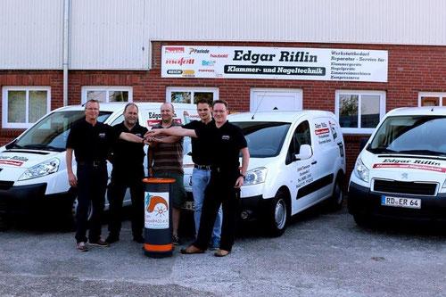 Thorben Schütt (Mitte) freut sich über die tolle Spende der Firma Riflin