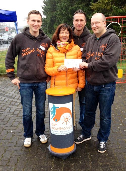 Kirsten Heeschen übergibt ihre Geburtstagsspende an das Team DoppelPASS