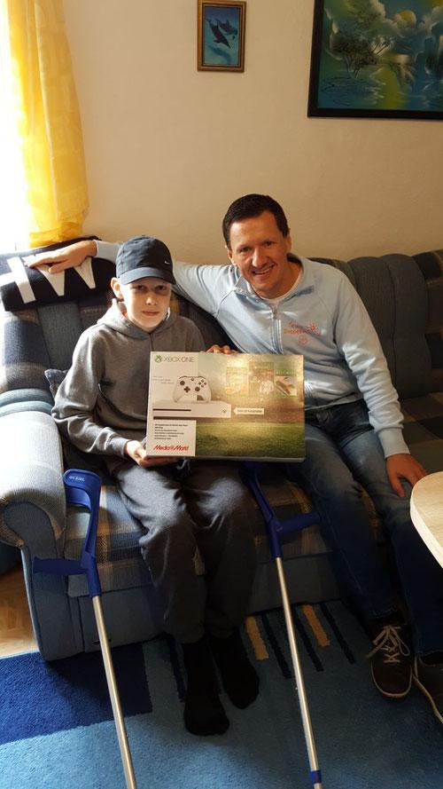 Dominik-Luca freut sich über seine XBox One, überbracht von DoppelPASSer Kim