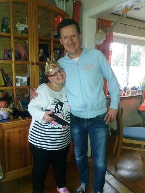 Große Freude bei der Geburtstagsgeschenk-Empfängerin Sarah und dem Überbringer Kim