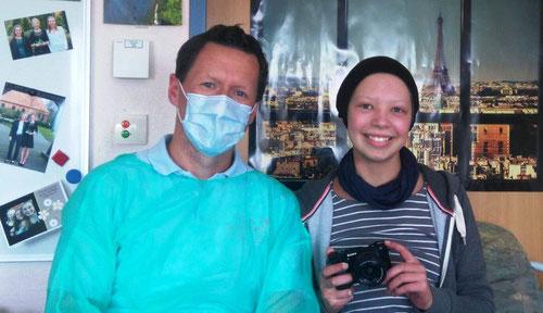DoppelPASSer Kim und Caja, die sich sichtlich über ihre Digitalkamera freut