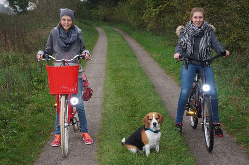 Johanna (links) mit Hund und ihrer Schwester bei der ersten Tour mit dem neuen Rad