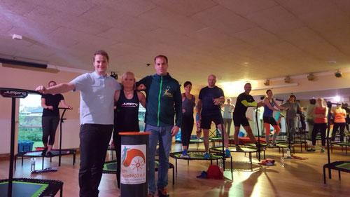 DoppelPASSer Christoph (links) nahm die Spende von Trainerin Kerstin Koep und Studioleiter Achim Kaehlcke entgegen