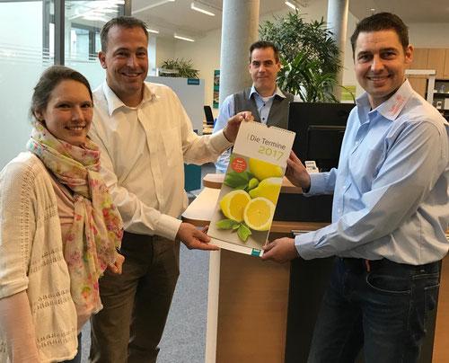"""Im SWN-Kundenzentrum mit dem """"Rezeptkalender 2017"""" (von links): Bianca Fendel (SWN-Marketing), Frank Wede (SWN-Vertrieb Privatkunden), Sten Springborn (SWN-Kundenzentrum) und unser DoppelPASSer Mirko"""