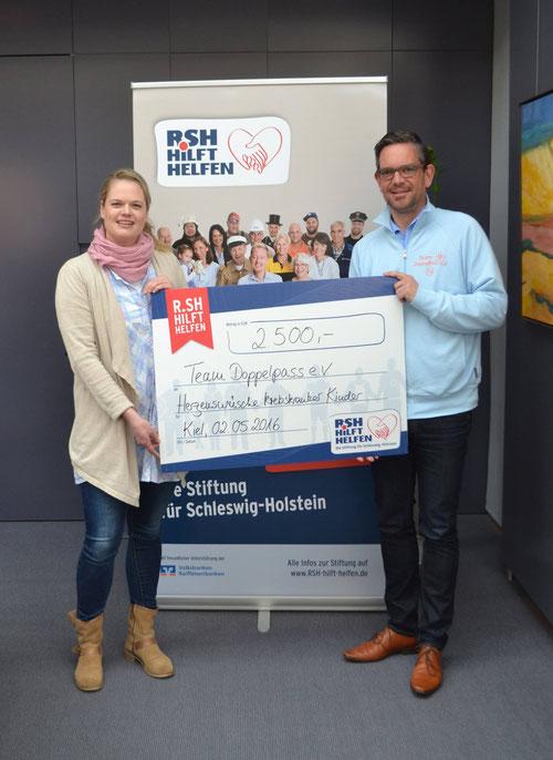 R.SH hilft helfen-Stiftungsmanagerin Friderike Nissen übergit einen Scheck in Höhe von 2.500 EUR an DoppelPASSer Timo Görlitz