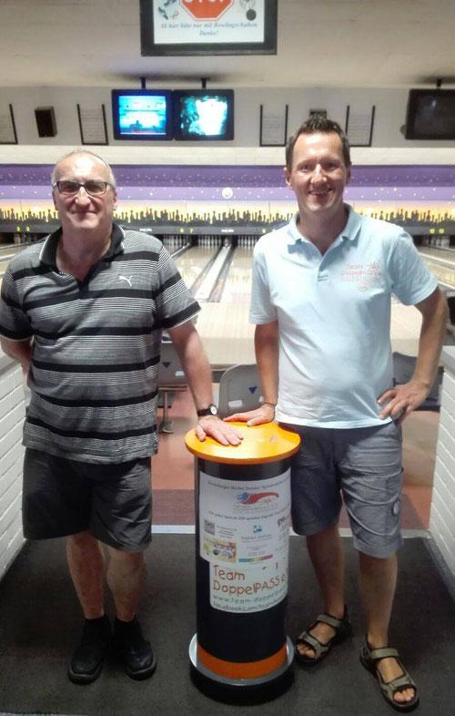 Gern gesehener Wiederholungstäter: DAB-Bowling-Center Geschäftsführer Jens Pöppler übergibt die Spendenbox inklusive beachtlicher Füllung an DoppelPASSer Kim