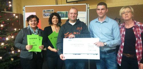 Thorben Schütt (mitte) freut sich über den Spendenscheck des SV Ellingstedt