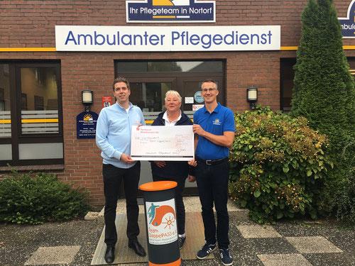 DoppelPASSer Oliver freut sich über die Spende aus Nortorf: Sabine Woschoen und Sebastian Gritzuhn überreichen den symbolischen Scheck
