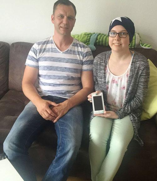 DoppelPASSer Guido Wieck übergibt Jane ihr Geburtstagsgeschenk