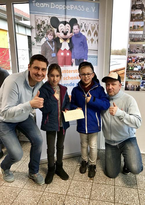 Mirko Nitschmann (li.) und Thorben Schütt freuen sich über die tolle Spendenaktion der Grundschüler Johanna und Julian aus Gadeland