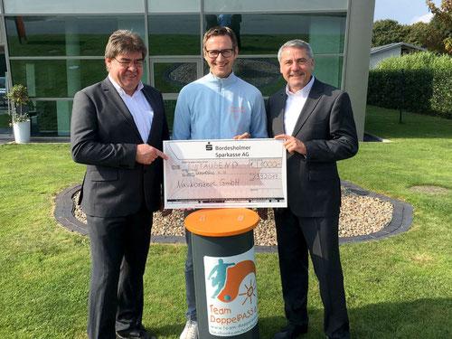 Glückliche Gesichter: Carsten und Eric Gräber von Navkonzept überreichen die Spende an DoppelPASSer Eike