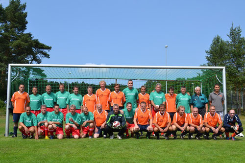 Die Altliga des SV Boostedt und das Team DoppelPASS kickten für den guten Zweck