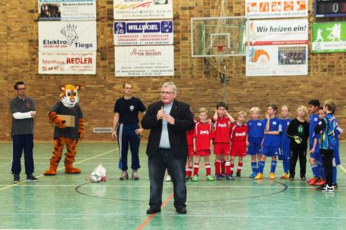 Der Präsident des schleswig-holsteinischen Landtages und Schirmherr des Turniers, Klaus Schlie, bei seiner Laudatio