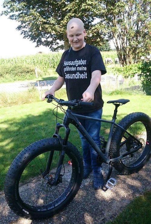 Danny als stolzer Besitzer seines eigenen Downhill-Mountainbikes