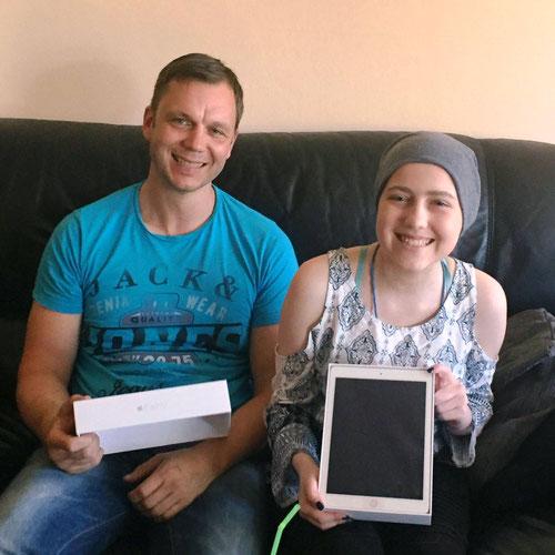 DoppelPASSer Guido übergibt Emina ihr neues iPad