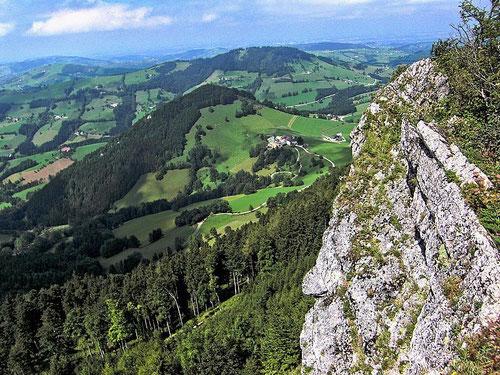 Auf dem Gipfelfelsen der Lindaumauer. Blick zur Jausenstation Hochramskogler