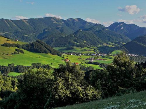 Großraming mit Almkogel und Gamsstein im Hintergrund. Unterhalb des Almkogels der Rotstein mit dem weißen Felsen