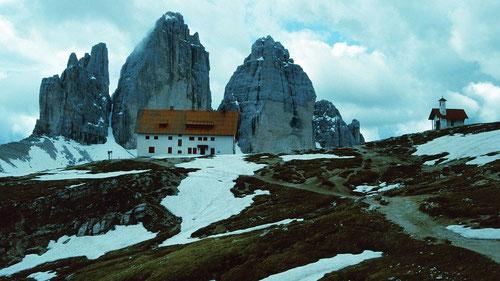 Drei Zinnen Hütte vor den Drei Zinnen vom Anstiegsweg durch das Altensteiner Tal
