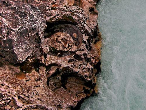 Kolk mit glatt geschliffenen Wänden, Mahlsteinen, Sand und Kies als Schleifmittel