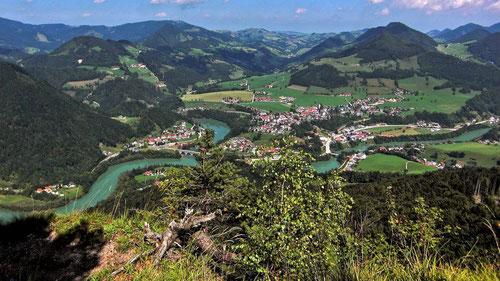 Blick vom Gipfel des Hieselbergs auf das Ennstal mit Großraming. Im Hintergrund in der Bildmitte Mria Neustift.. Links der Großrabenreithkogel mit den Gehöften von Rabenreith.