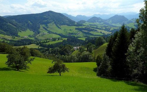 Blick vom Freithofberg  zum Nationalpark Kalkalpen (rechte Bildhälfte hinten)