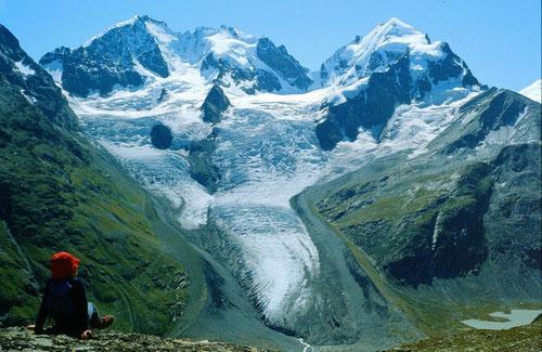 Piz Bernina, Piz Scerscen und Piz  Roseg über dem Tschiervagletscher von der Fuorcla Surlej. Ein  großer Teil der Gletscherzunge ist inzwischen weggeschmolzen. Siehe Homepage von www.gletschervergleiche.de durch Klick auf Foto.