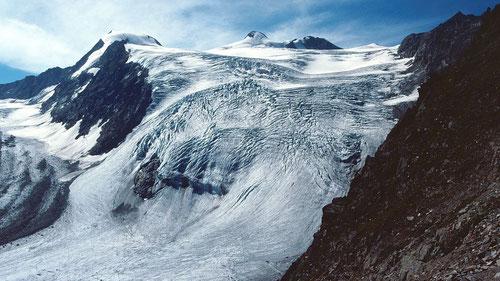 Sulzenauferner im August 1999 mit Wilder Pfaff und Zuckerhütl vom Peiljoch. Links die Fernerstube. Der schöne Eisfall ist inzwischen verschwunden.  Am Rand der zurückgegangenen Gletscherzunge ist ein Gletscherrandsee entstanden. Siehe Link auf Foto.