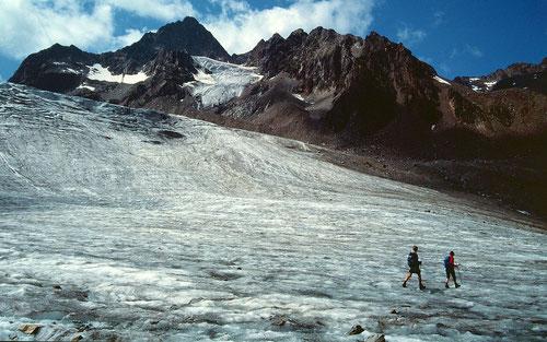 August 1994: Eisfall des Sulztalferners. Darüber Wilde Leck 3361 m. Den ca. 150 m hohen Eisfall und die Gletscherzunge, auf der wir liefen, gibt es nicht mehr. Eine Folge des Gletscherrückgangs in den zurückliegenden 20 Jahren..