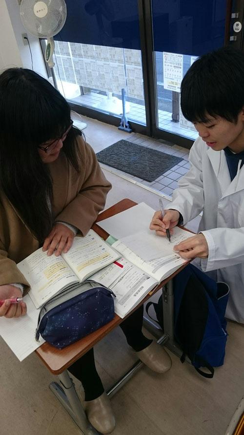 午後には、西茨城校で頼りになる講師、りょう先生が仙台から戻ってきてくれました(^^) これで理数系の科目はバッチリ!