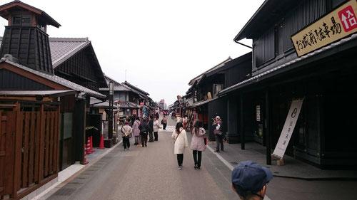 犬山の歴史的町並み。どことなく若い女の子たちが多いような、、普通はこういった観光地はじいさん、ばあさんが多いもんでしょ。もしや、倍返し神社が何か関係するのかな、、、