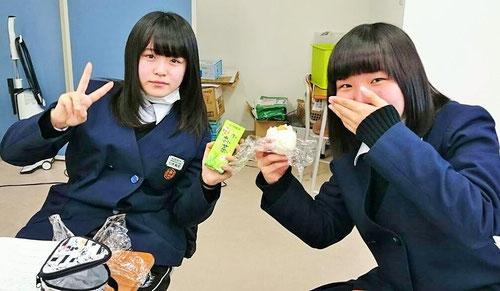 休み時間は、お母さんが作ってくれたおにぎりを食べます。おにぎりは日本人のパワーの源ですね。
