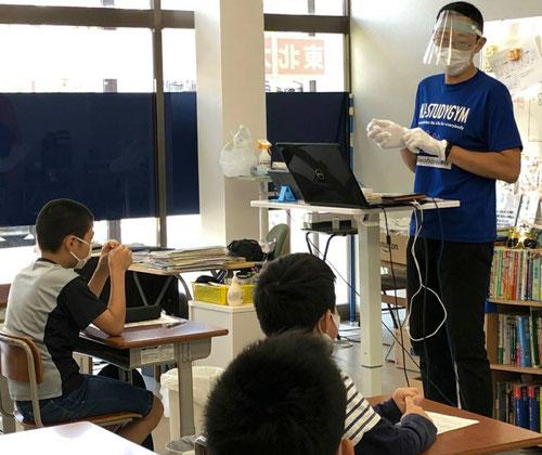 校長の私もマスク着用、フェイスシールド着用、手袋着用、感染防止に努めています。