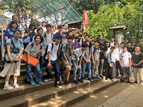 本校・にしば・横浜・トーコクからの参加者。この階段を上るとおまちかねの上野大佛にご対面!