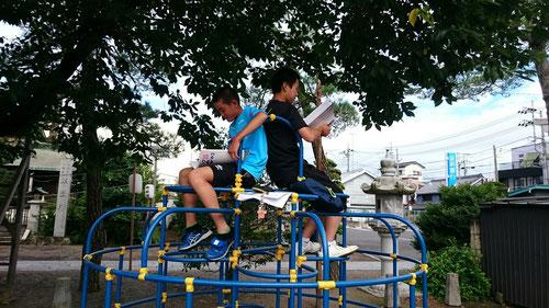 こんなところでも勉強できるのか~。勉強は場所を選ばないのですね。参加者のみなさん、次は8/8(月)朝塾野外授業やりましょう!楽しかったです!