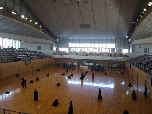 武道館にて。剣道三段の実技、剣道形、筆記の3つの審査を経て、合格することができました。