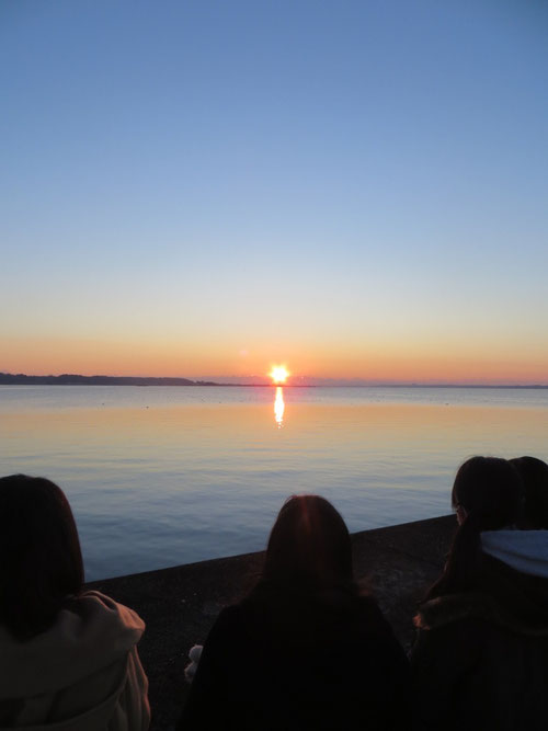6:50頃、太陽が地平線から昇り始めた(2016年初日の出)。子どもたちは、意外と日の出を見たことがない。初日の出となると、なおさら初めての経験になる。地平線の色が刻一刻と変化し、自然がつくるグラデーションの美しさに、感動の一言しかない。
