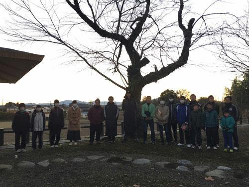 結城の城跡公園にて。アサンポ、朝ワークをしたあとに、写真を一枚。向こうに木があって、残念ながら筑波山に昇る太陽は見えませんでした。