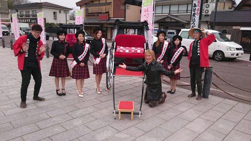 犬山市の観光大使の女子大生?が写真撮影をしていたところに、なんと塾超が割り込んだ!(笑) 記念写真を撮りました。さすが塾超だ(^^)