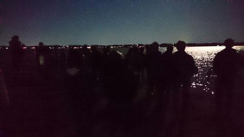 霞ヶ浦湖畔のいつもの場所に到着、上を見上げると、スーパームーンがお出迎えしてくれました。朝に見た元旦の日の出もよかったですが、夜のスーパームーンもなかなかいいですね。