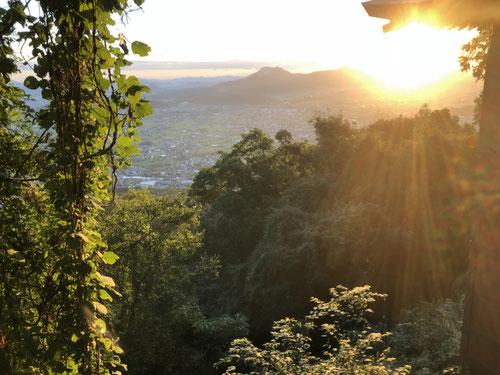 これは頂上から少し下から撮った写真です。高いところから取った日の出は最高ですね。とても神々しい。