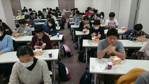 ゆっくり噛んで食べると、それだけで満腹になります。余計な食事をとらなくて済みますね。このような食育は、家庭ではもちろん、学校教育や塾の現場ではほとんどが行われていません。つまり子供たちは、食べ物本来の味さえ分からないで生活しています。一口一口ゆっくり丁寧で食べることで、素材が持つ味を理解したり、このお弁当に携わる人たちのことを考えて食べることができたりと、食事一つで多くのことが学べるのです。