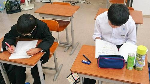 7:05-7:30 休憩後、さらに見直し確認。塾長からテストのアドバイスを受けたり、塾長に質問して問題を解決していきます。ここだけの話、朝の90分は夜の6時間分の学習に等しいんです!これって最高ですよね。朝に確認したことは試験にそのまま出ます。だから、朝学は最高なんですよ(^^)/