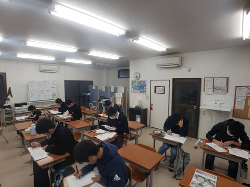 朝6時、いつものルーチンから始まる子もいれば、テスト勉強を始める子もいます。自分でやることを決めて、すぐに取りかかります。