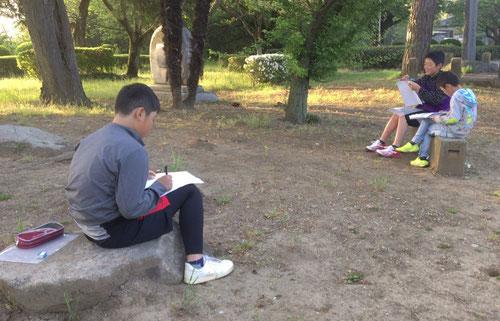 5:40瞑想後、公園での野外学習開始。勉強はどこでもできるんです。