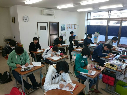 県学力診断テストは、私立・県立の志望校が決まる大切なテストです。合計21時間の時間をかけて、中1~3の総復習をしていきます。