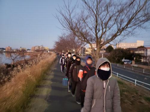 6:15霞ケ浦湖畔をあさんぽ。昨日の元旦には多くの人がいました。今日はどうだろうか、、